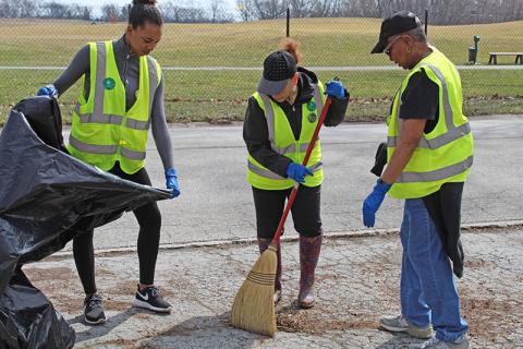 A Flossmoor cleanup crew at work. (Provided photo by Amy Kent)